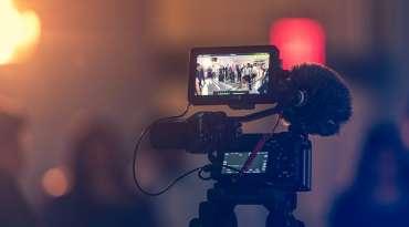 動画撮影で失敗しないための、最適な服装の選び方